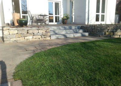 Gartengestaltung mit Natursteinarbeiten und Rollrasen